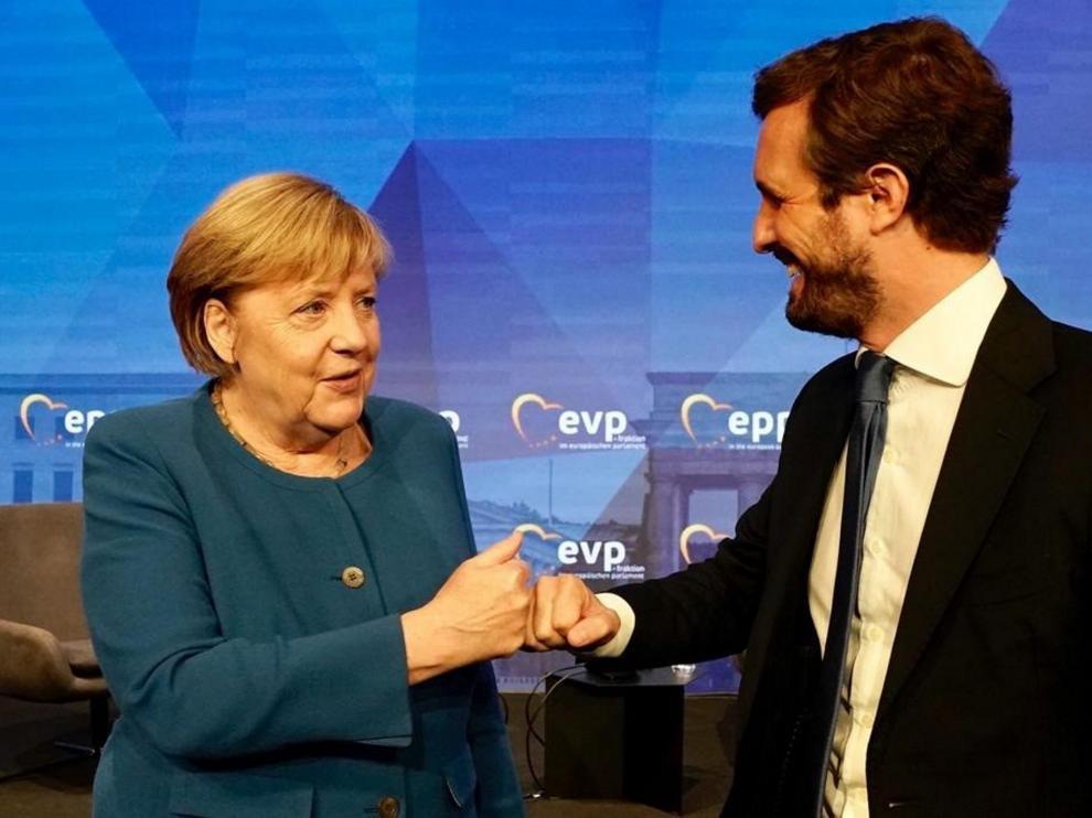 Casado saludando a Merkel