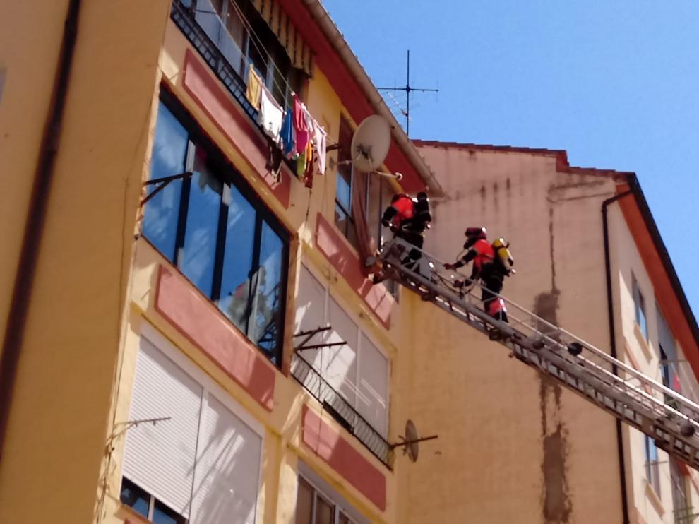 Los bomberos de la DPT acceden a la vivienda del fallecido a través de una ventana.