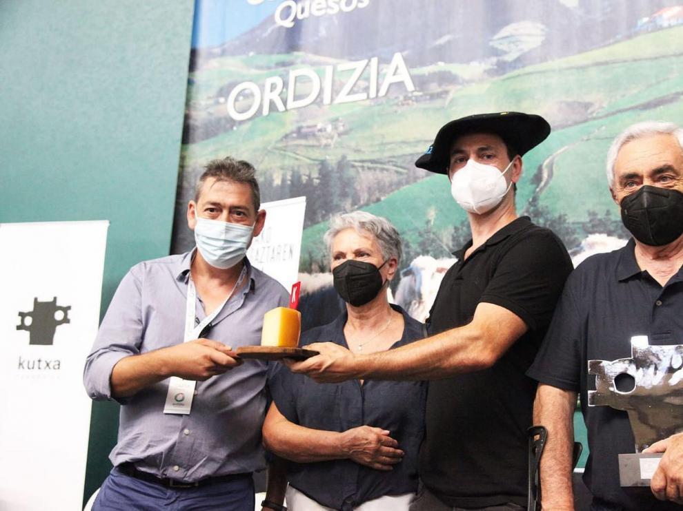 Javier García, director del Hotel El Cisne de Zaragoza, con el ganador del XLVIII Concurso de Queso de Ordizia, Eneko Goiburu.