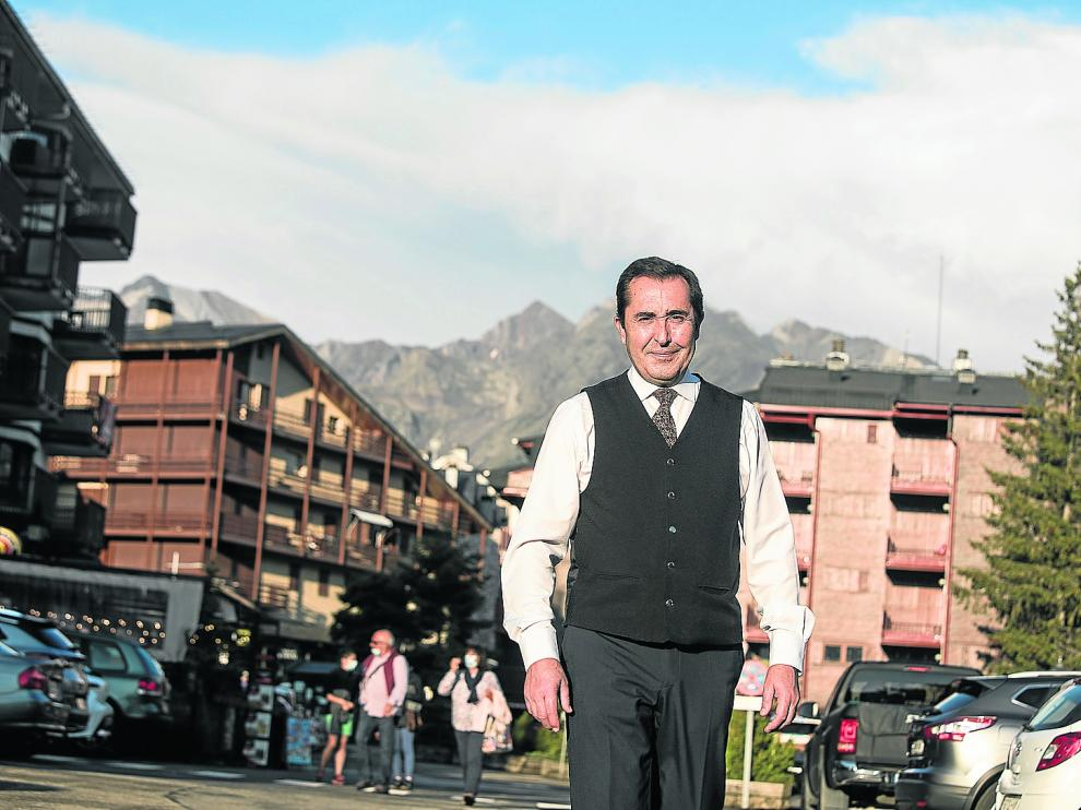 Miguel Brota, junto a la puerta del hotel Nievesol, este verano