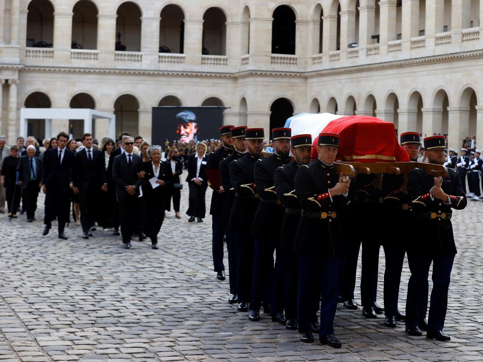 Paris (France), 09/09/2021.- French Republican guards carry the coffin of late French actor Jean-Paul Belmondo during a tribute ceremony at the Hotel des Invalides in Paris, France, 09 September 2021. Belmondo died on 06 September 2021 at the age of 88 years. (Francia) EFE/EPA/IAN LANGSDON / POOL  FRANCE TRIBUTE JEAN PAUL BELMONDO