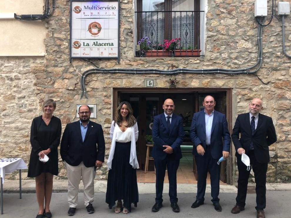 Méndez -tercera por la izquierda-, acompañada de otras autoridades, en su visita al multiservicio de Gúdar.
