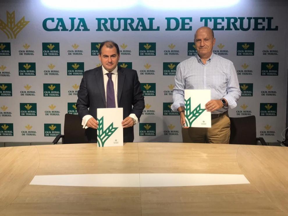 El director general de Caja Rural, David Gutiérrez, a la izquierda, y el presidente del CV Teruel, Carlos Ranera.