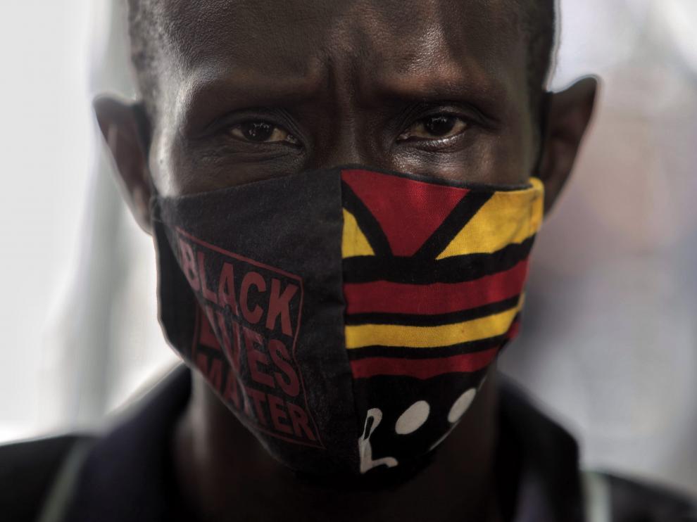 El portavoz del sindicato de manteros y miembros de la Asociación de los Sin Papeles, Serigne Mbaye, participa en una concentración frente al Ministerio del Interior para exigir la reforma del Reglamento de Extranjería.