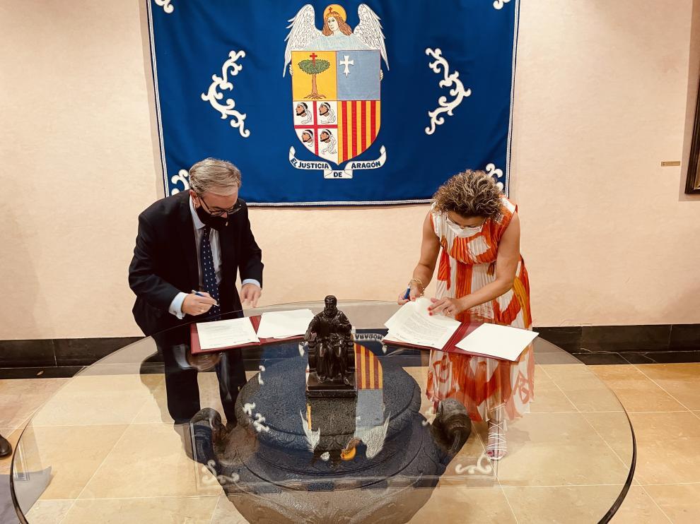 Firma del convencio entre el Justicia de Aragón y la Universidad San Jorge.