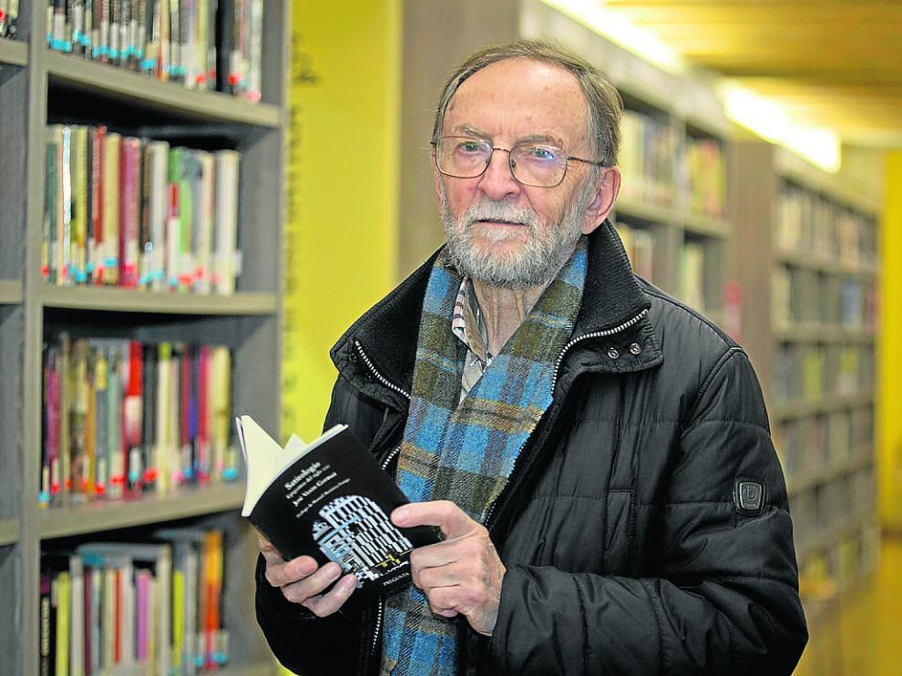 José Verón en 2019, en su querida biblioteca de Calatayud, con su libro 'Satirologio'.
