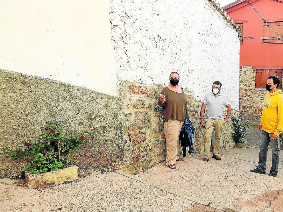 La alcaldesa de Alcalá, Amparo Atienza, y dos ediles, en la calle que no se ha podido reformar al quedar desierta su licitación.