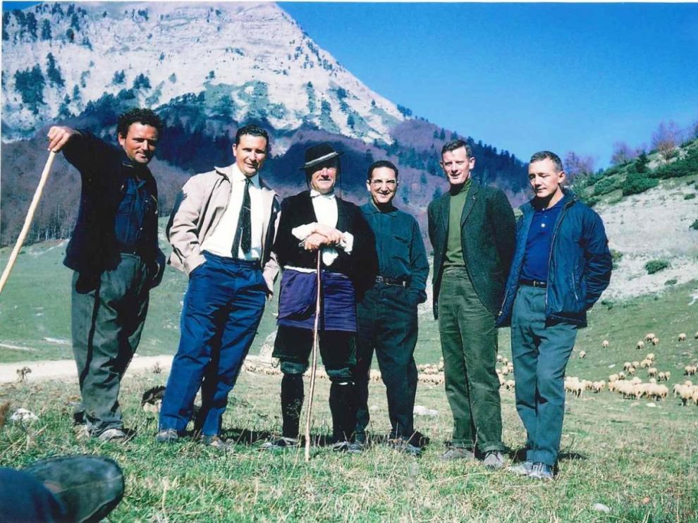 Bowman (segundo por la derecha), aparece junto a un joven Santiago Marraco en los montes de Zuriza en 1962.