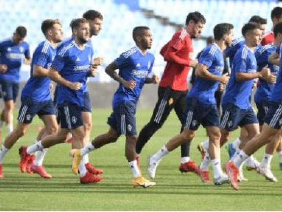 Un pasaje del entrenamiento del Real Zaragoza este sábado en La Romareda.
