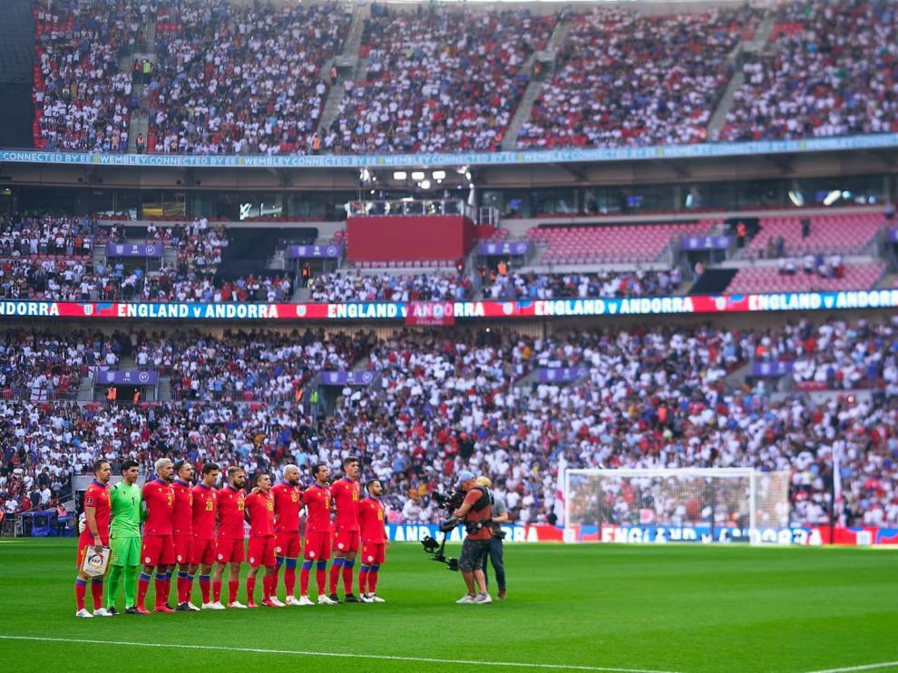 Marcio, el primero por la izquierda, posando el pasado domingo con Andorra en Wembley.