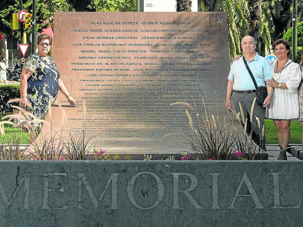 María Sanz (izquierda) y Victoriano Núñez, con su hija María Pilar y nieta María, en el Memorial