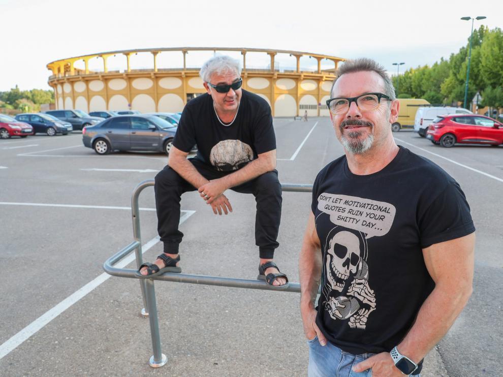 Mariano Gil (derecha) y Nacho Jiménez, Tako, posan ante la plaza donde este domingo darán un concierto antológico.