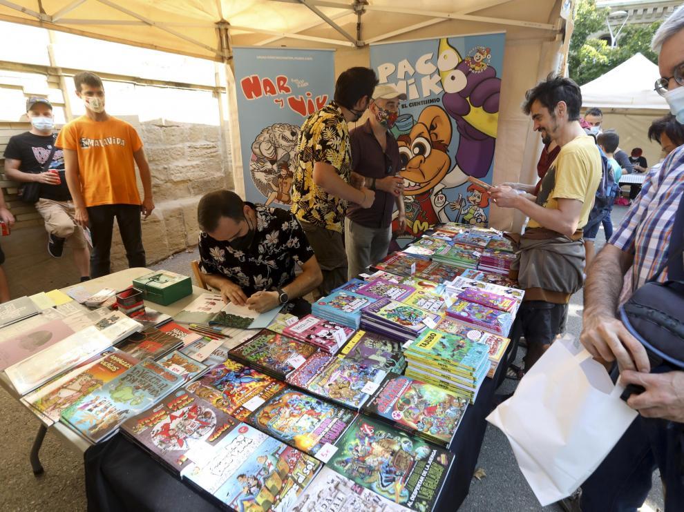 Nueve expositores ofrecen sus productos al público en el exterior del Centro Cultural Manuel Benito Moliner.