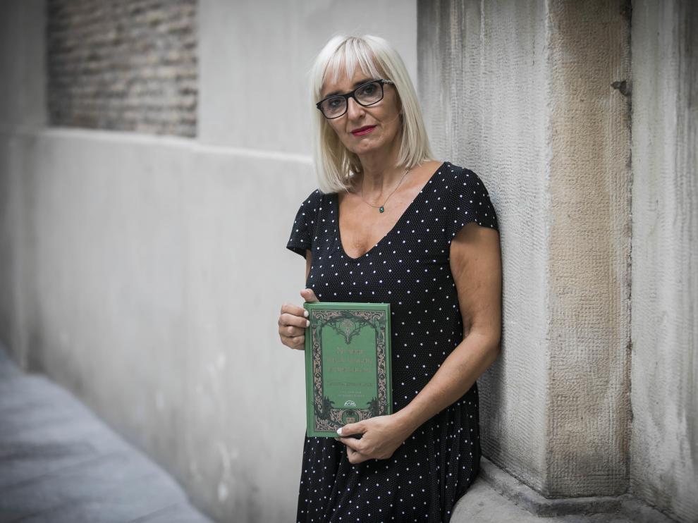 Patricia Esteban Erlés, aficionada al mal y a la oscuridad, con su libro.