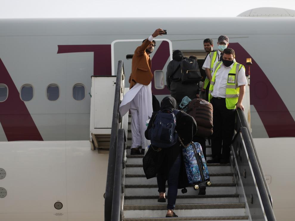 Primer vuelo comercial en el aeropuerto de Kabul.