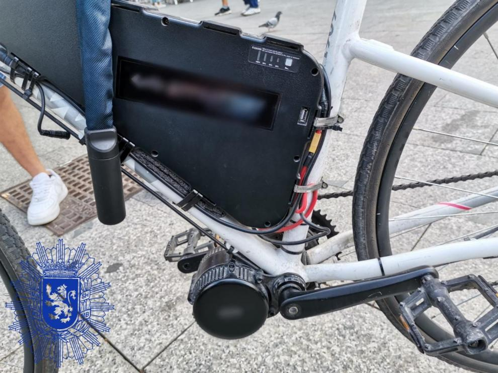 Bicicleta con un motor incorporado al pedalier similar a un ciclomotor.