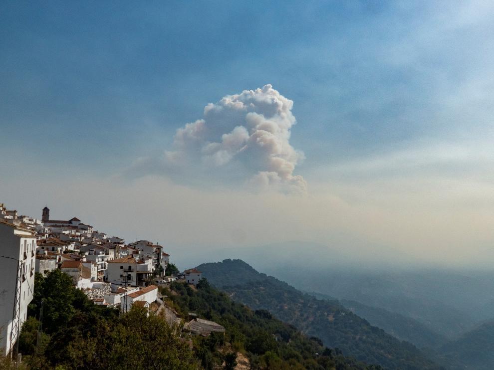 Desalojan el pueblo de Genalguacil (Málaga) por incendio de Sierra Bermeja