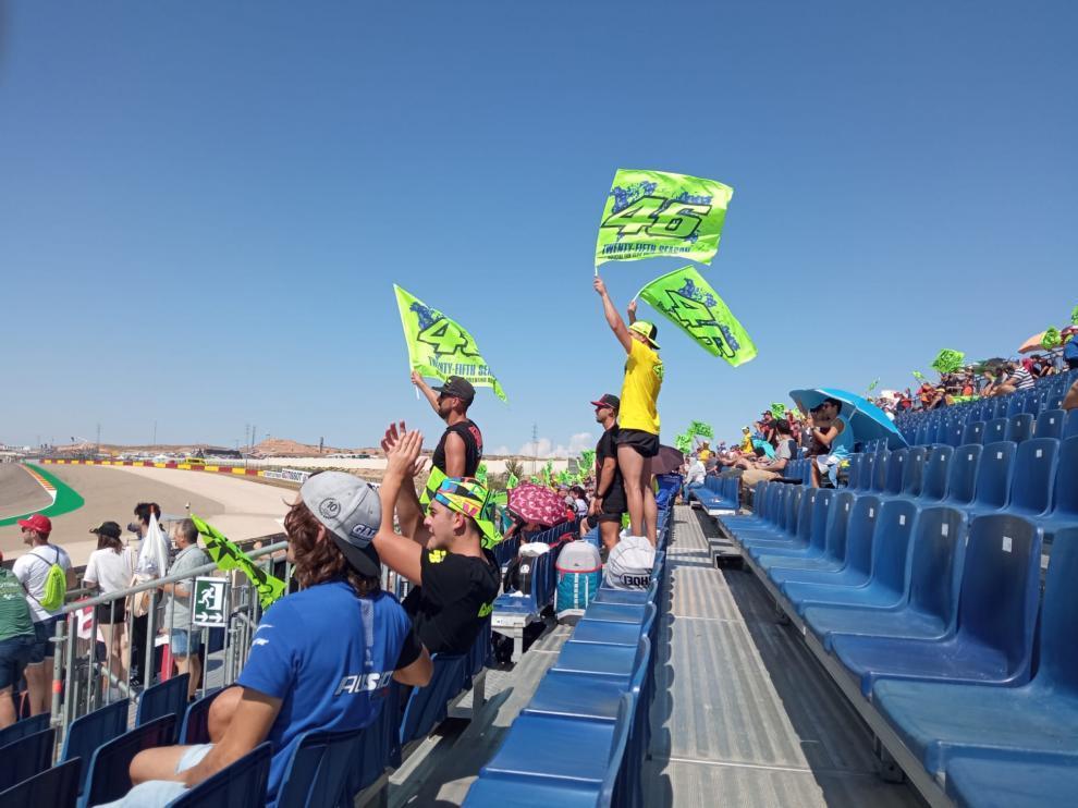 Fans de Rossi en la grada 7 de Motorland.