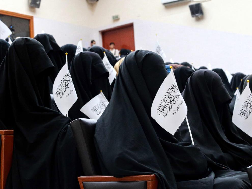 Mujeres pro-talibán escuchan una arenga en un aula de la univesidad antes de una manifestación.