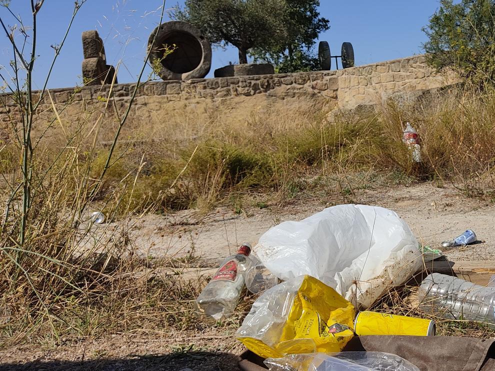 Basura acumulada en el Cabezo del Cuervo de Alcañiz, tras un botellón multitudinario.