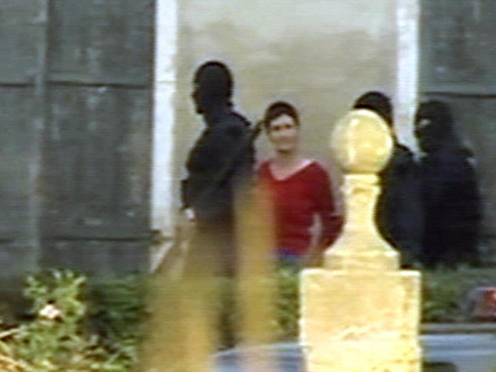 Policías franceses escoltan a María Soledad Iparraguirre en 2004 en el caserio en el que fue detenida en la localidad francesa de Salis-de-Béarn