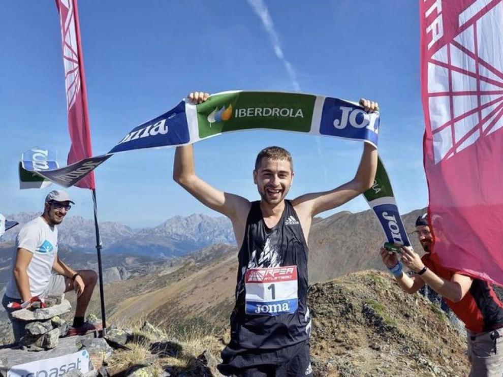 Daniel Osanz entra victorioso en la meta del Pico Las Lomas