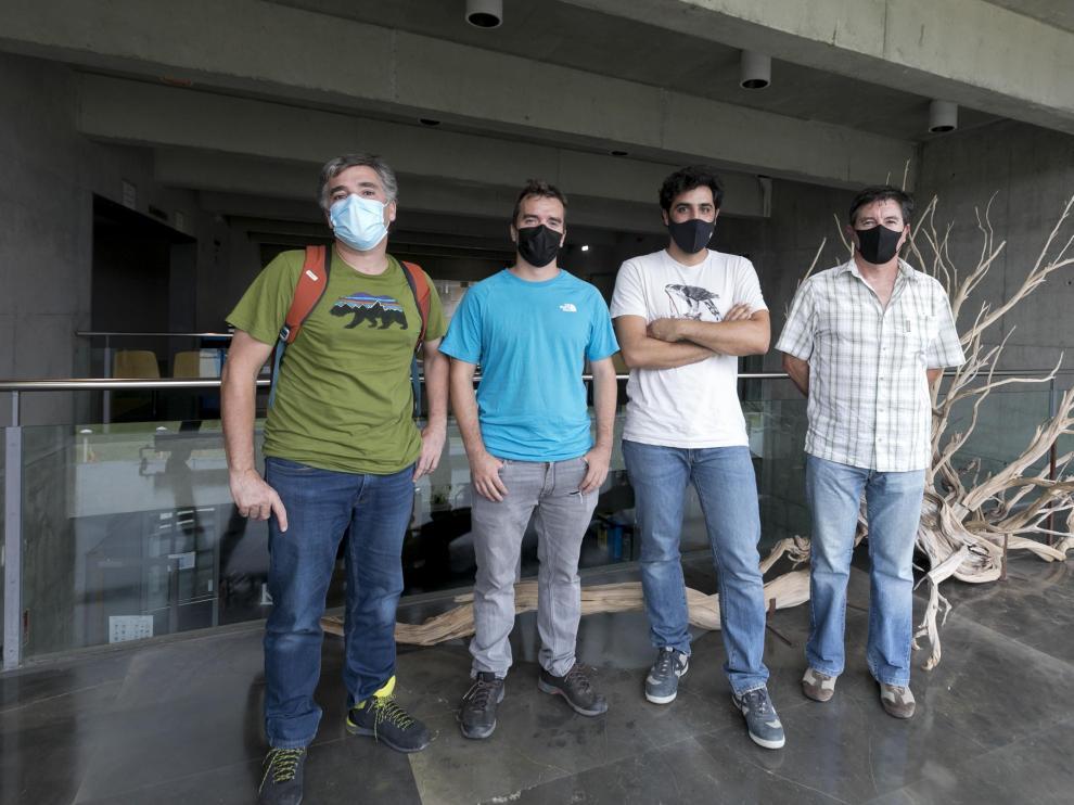 De izquierda a derecha, los investigadores del IPE Juan Ignacio López Moreno, Esteban Alonso y Jesús Revuelto, y el representante de Aramón Jesús Ortízs Oretiz
