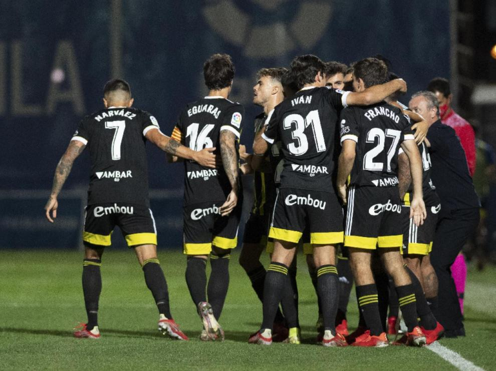 Los jugadores del Real Zaragoza celebran el 1-1 logrado de penalti por Vada en el minuto 71 en el campo del Fuenlabrada.