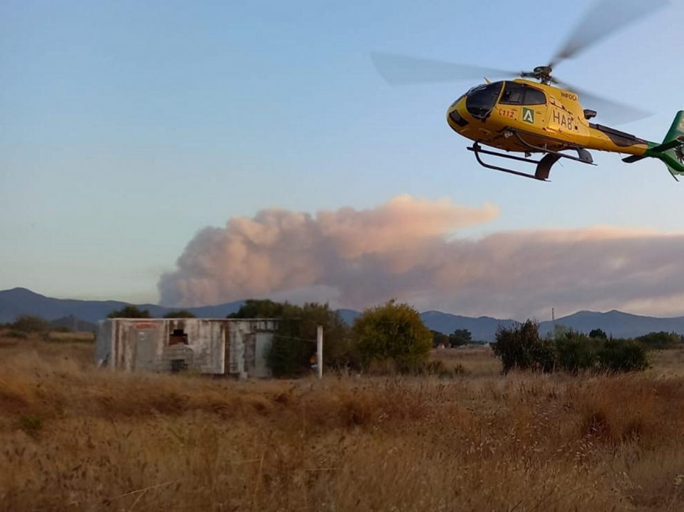 Helicóptero que participa en la extinción del fuego en Sierra Bermeja