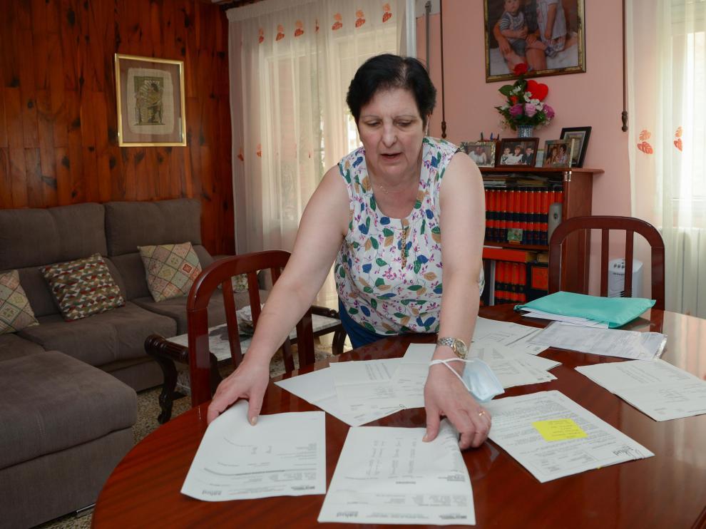 María Ruiz muestra en su casa la abundante documentación sanitaria que guarda.