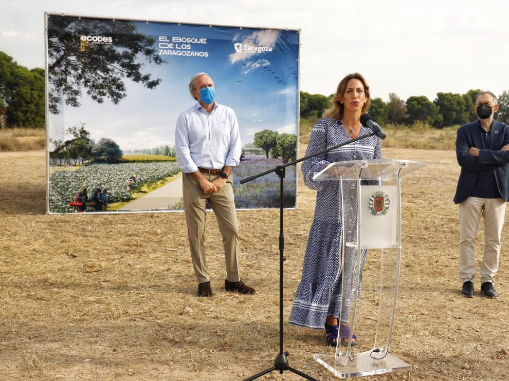 La edil Natalia Chueca, junto al alcalde, Jorge Azcón -izda.- y el director de Ecodes, Víctor Viñuales