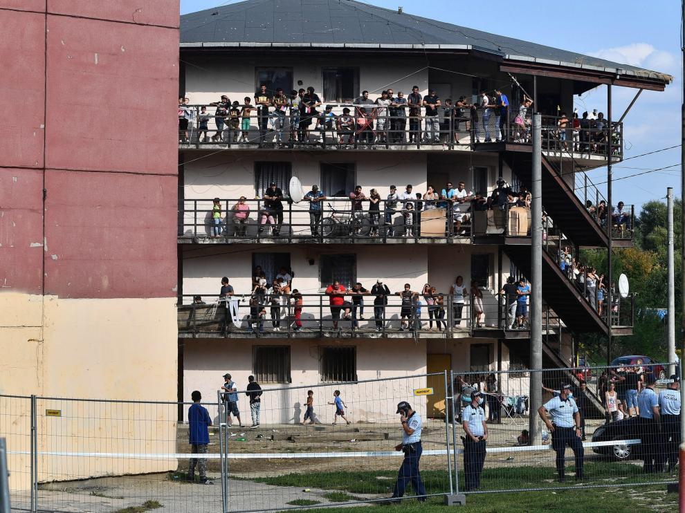 Gitanos en un edificio del barrio de Lunik, cerca de donde comparecía el Papa SLOVAKIA POPE FRANCIS VISIT