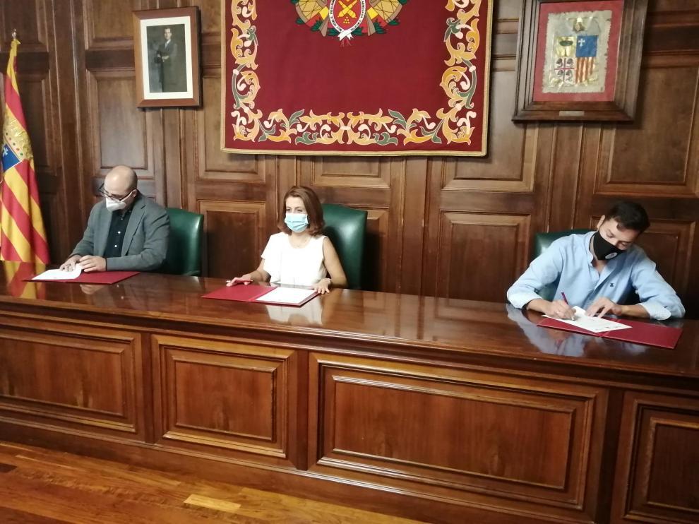 De izquierda a derecha, Ricardo Mosteo, Emma Buj y Javier Domingo, durante la firma del convenio.