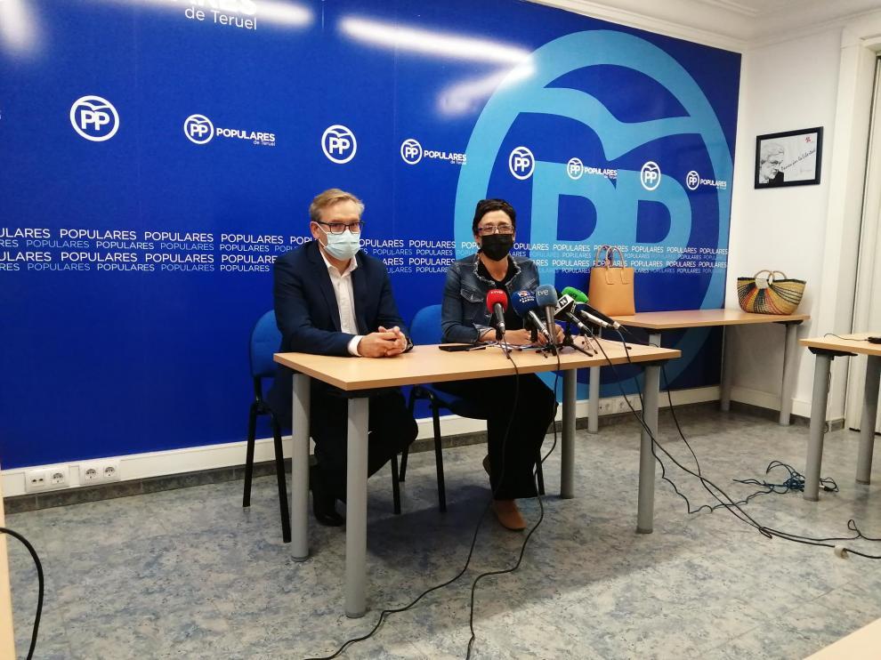 Joaquín Juste y Ana Marín en la rueda de prensa ofrecida esta mañana, donde han analizado la situación de la sanidad en Teruel.