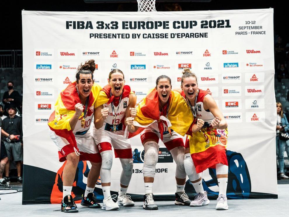 La selección de baloncesto 3x3, con la jugadora del Casademont Zaragoza Vega Gimeno (segunda por la derecha), flamante campeona de Europa