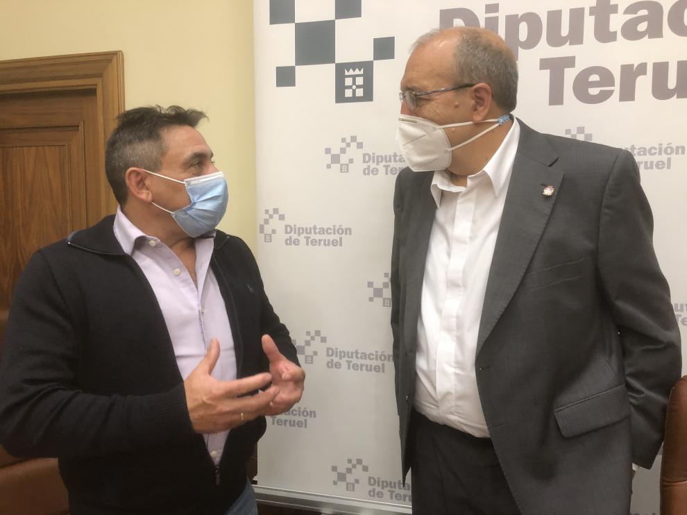 El presidente de la DPT, Manuel Rando, a la derecha, junto con el diputado de Cooperación Local, Alfonso Pérez.