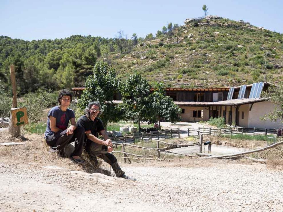 Marta y Xavi, en el acceso del remozado Mas de la Llum, a las afueras de Arens de Lledó