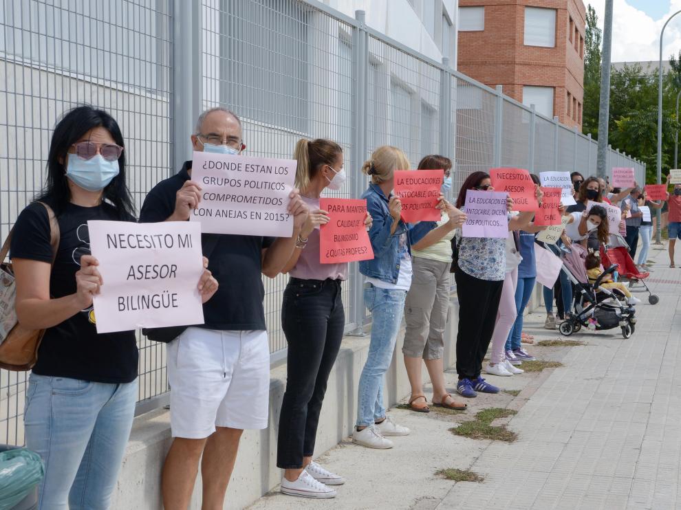 Los padres de los alumnos han rodeado el centro escolar mostrando pancartas reivindicativas.