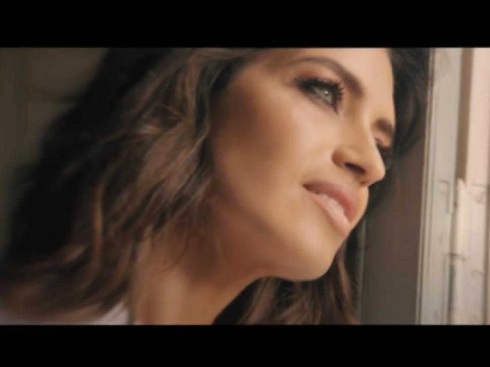 Una imagen de la periodista en el videoclip de la banda Tu Otra Bonita.