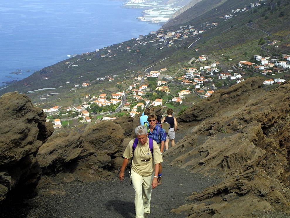 Varias personas suben al mirador de Cumbre Vieja, una zona al sur de la isla que podría verse afectada por una posible erupción volcánica.