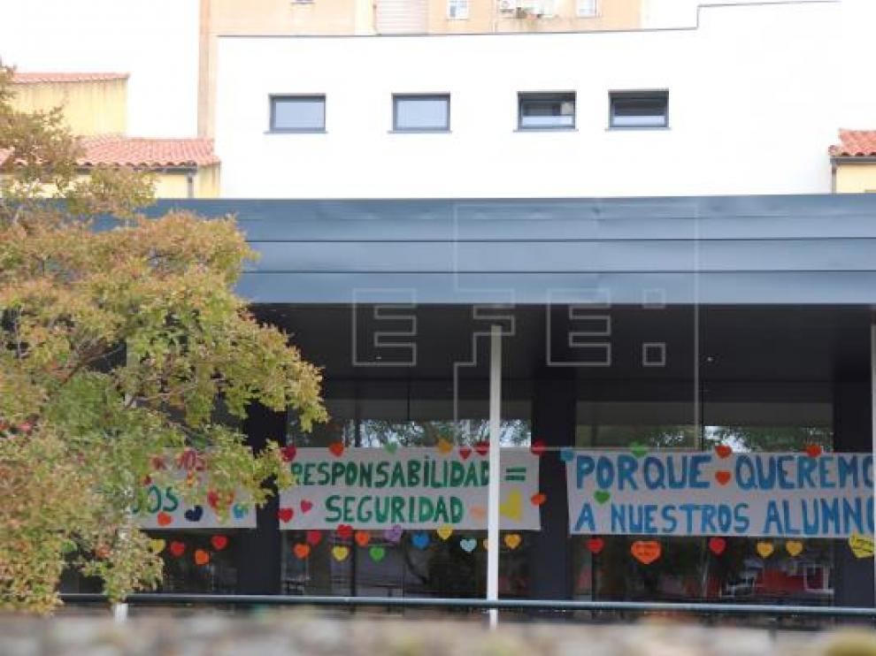 Vista general del CEIP Alba Plata de Cáceres, cuyos profesores han decidido por unanimidad que no impartirán clase en un aula aparte a dos hermanas cuya familia se niega a que usen mascarilla en el centro.