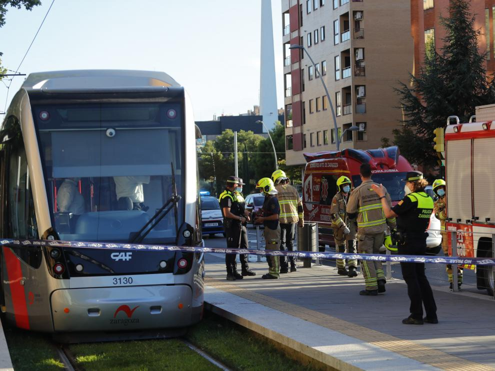 Bomberos y policías en el lugar del accidente