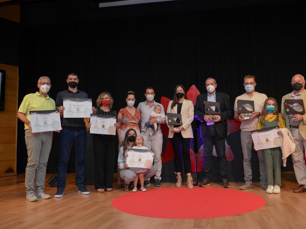 Los ganadores, con el trofeo en la mano, acompañados del resto de los premiados.