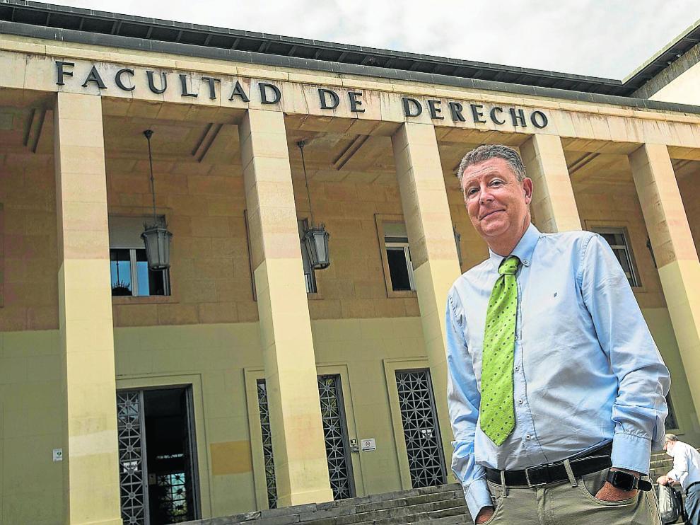 José María Gimeno Feliú, en la puerta de la Facultad de Derecho.