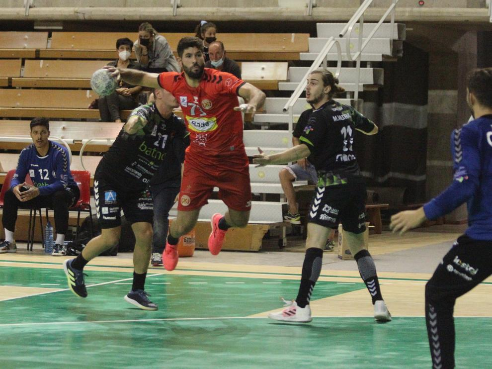 Joao Pinto, del Bada Huesca, realiza un lanzamiento ante el Torrelavega.
