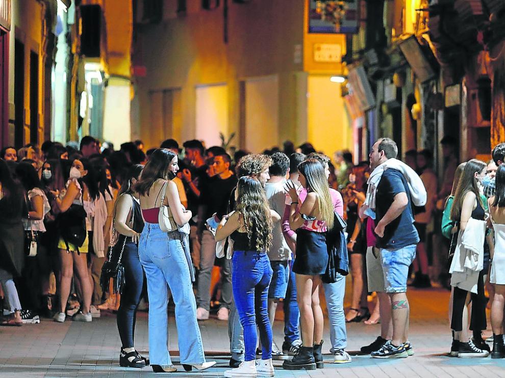 La calle del Temple, una de las zonas de bares del Casco, estuvo ayer muy concurrida.