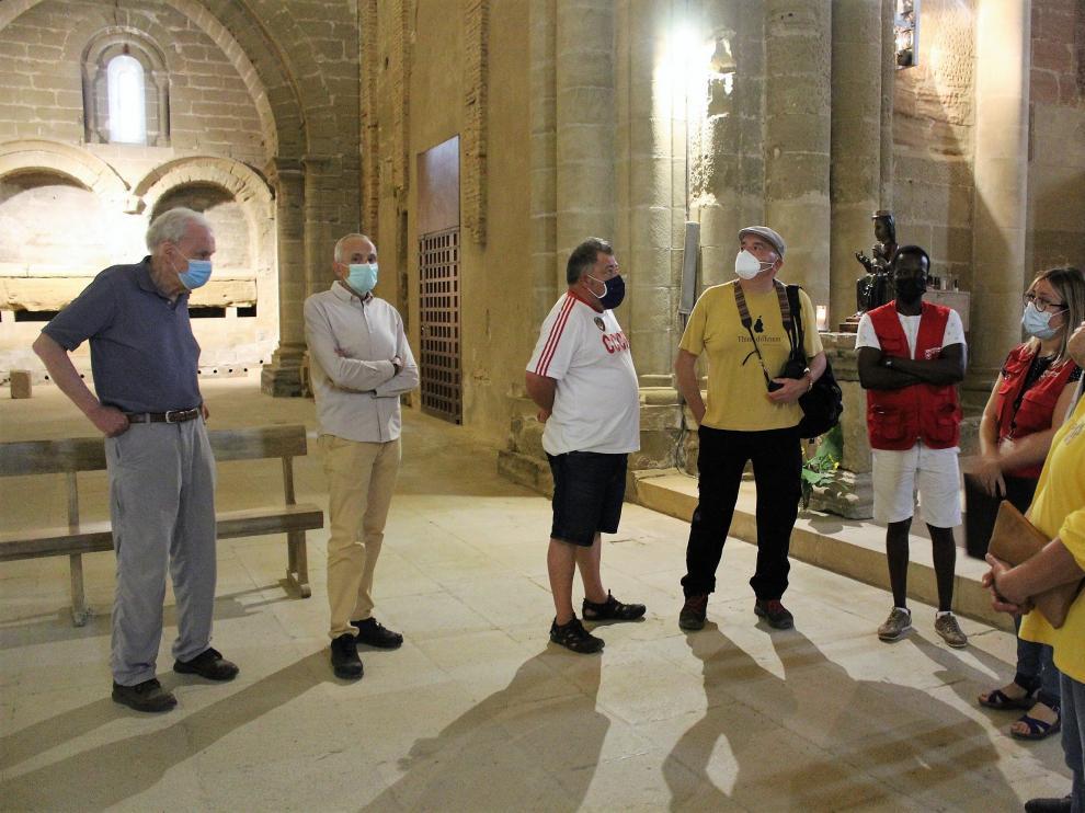 Uno de los grupos de visitantes en el interior de la iglesia. Al fondo, el Panteón Real.