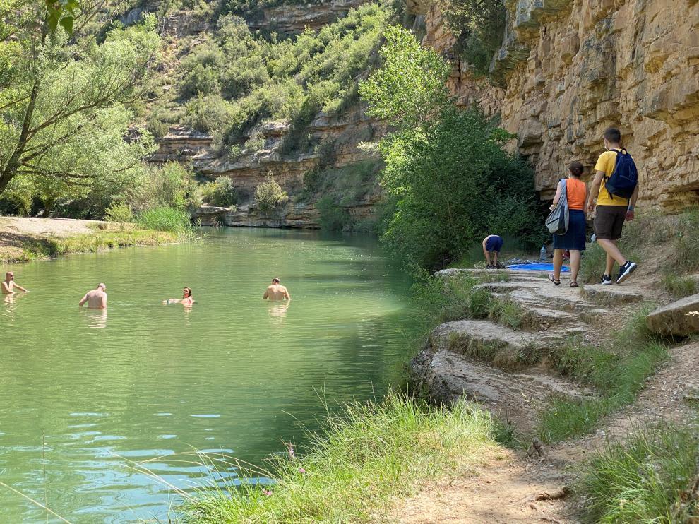 Bañistas en el Salto de Bierge este verano.