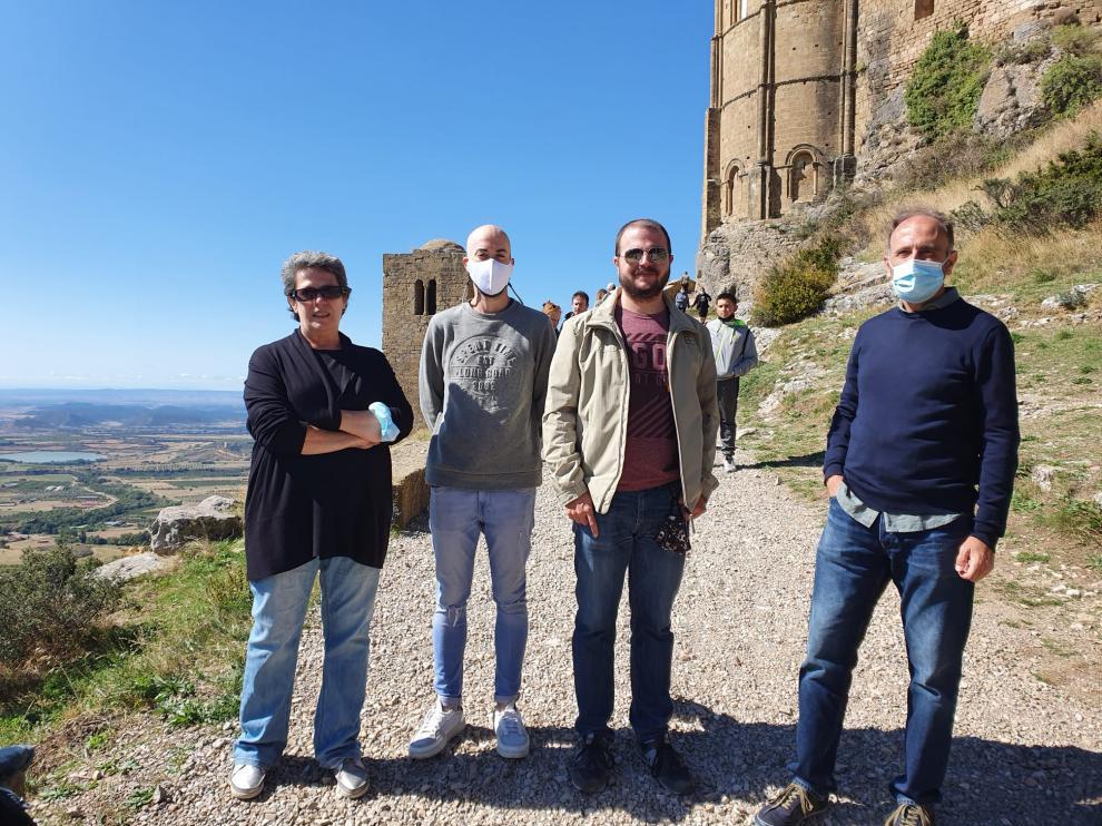 Marisancho Menjón junto a junto a los desarrolladores técnicos de la app y el director de la Cátedra Gonzalo Borrás.