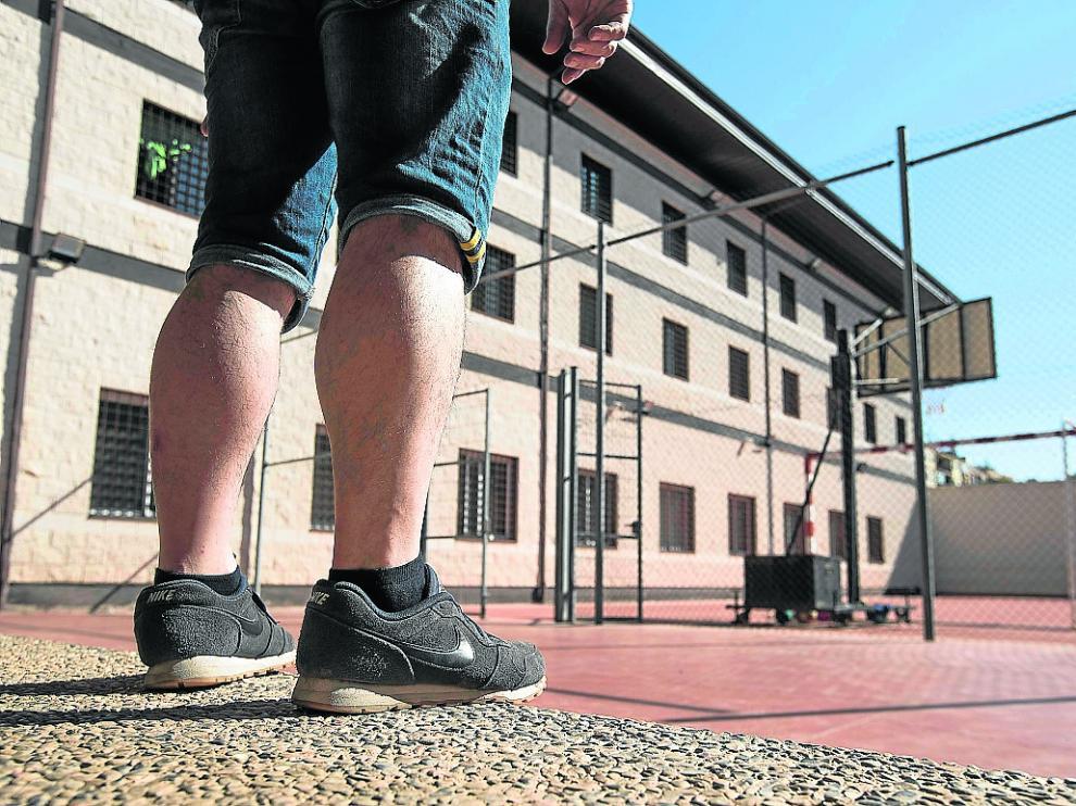 Un preso de tercer grado, el pasado 17 de septiembre, en el patio de deportes de Las Tres Rosas.